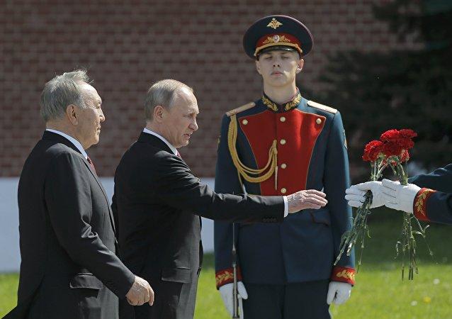 普京向克里姆林宫红墙外无名烈士墓献花