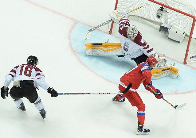 俄罗斯队在世界冰球锦标赛中领先拉脱维亚