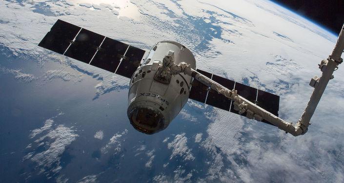 """美国""""龙""""货运飞船抵达国际空间站"""