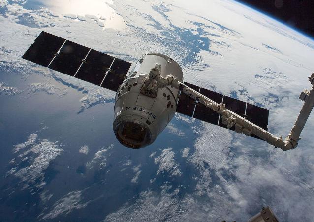 """太空探索科技公司计划在2017年开始向宇宙空间站发送""""龙""""号多次使用货运飞船"""