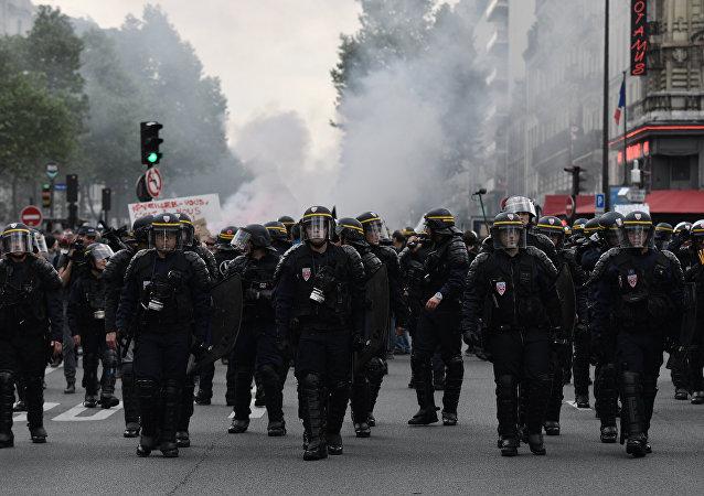 巴黎警方使用催泪弹应对示威参与者