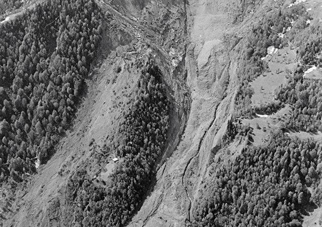 哥伦比亚一村庄遭遇泥石流