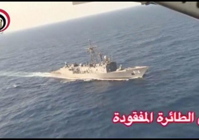 埃及军方的搜索船在埃及航空公司飞机在地中海的失事地点