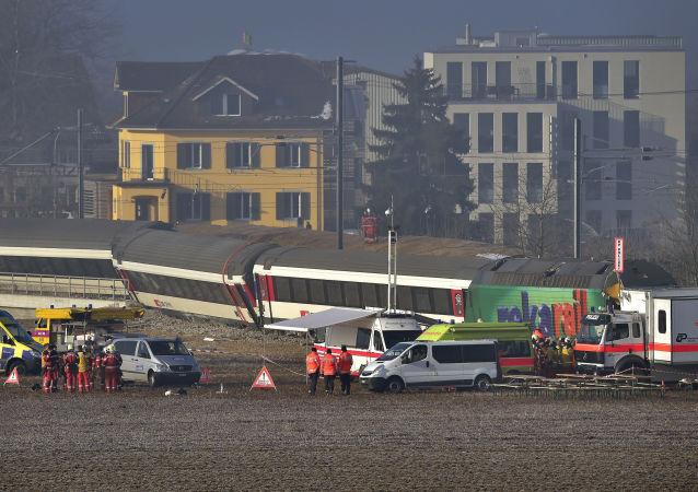 瑞士火车与巴士在铁路道口相撞致17人受伤