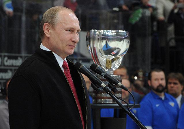 普京为冰球世锦赛卫冕冠军加拿大队颁奖
