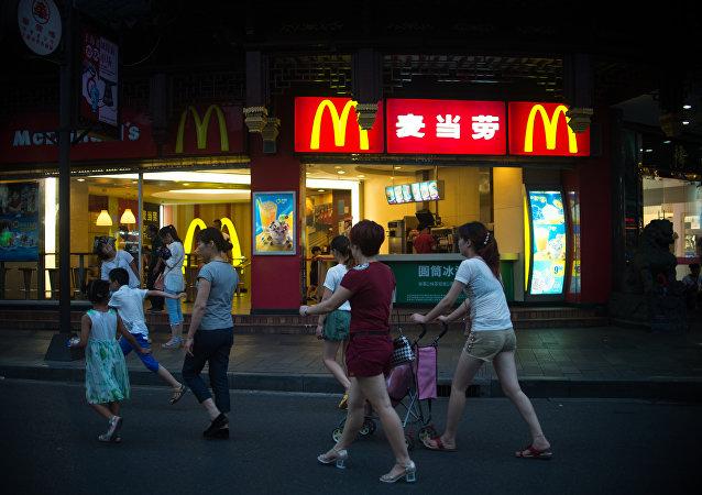 麦当劳等快餐连锁餐厅的劣质肉类供应商在中国被处罚金2430万元