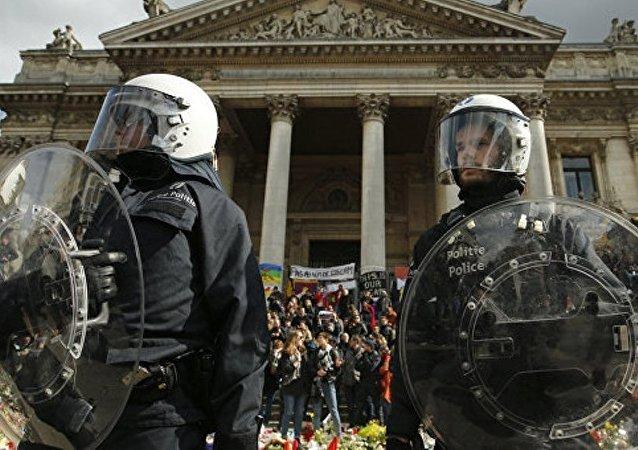 比利时警方用水枪对付反政府示威参与者