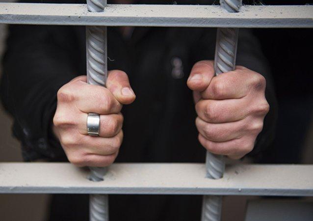 美国监狱在天花板上找到一名逃犯