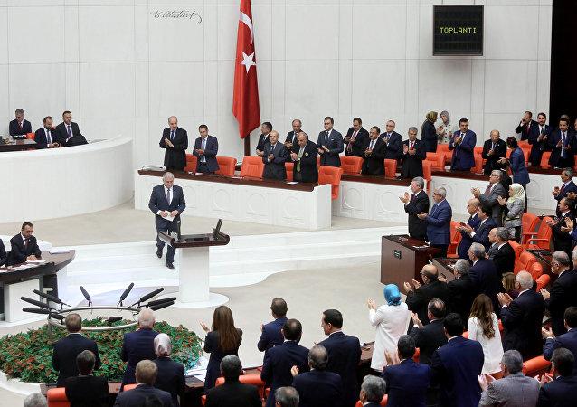 土耳其议会通过对耶尔德勒姆政府信任案