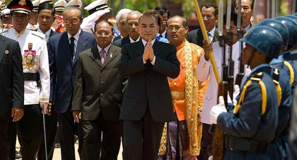 柬埔寨国王诺罗敦·西哈莫尼(中)