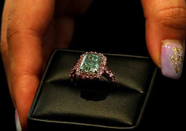 一颗极光绿钻在香港拍得1680 万美元 创下新高