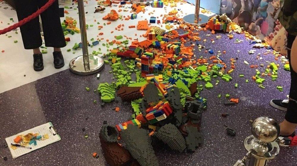 一孩童在展會開幕後一小時打碎了一個價值1.5萬美元的Lego塑像