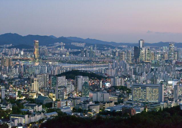 首尔市中心数万人集会反对总统