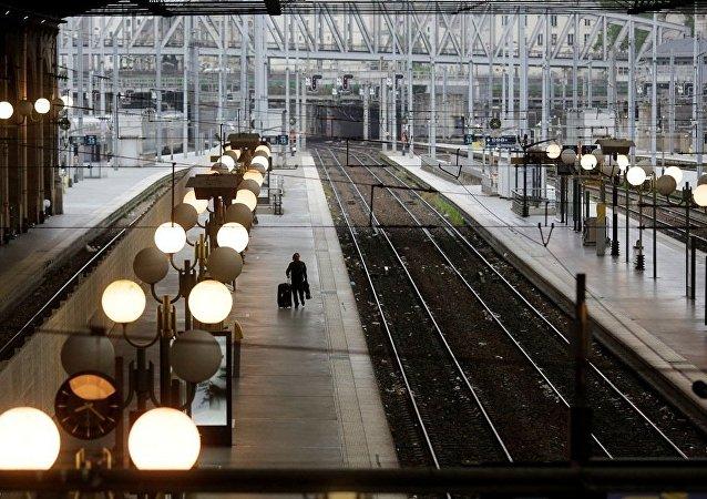 媒体:一枚炸弹在巴黎近郊高速列车下面爆炸