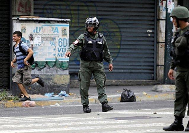 委内瑞拉民兵向收容所投掷催泪弹