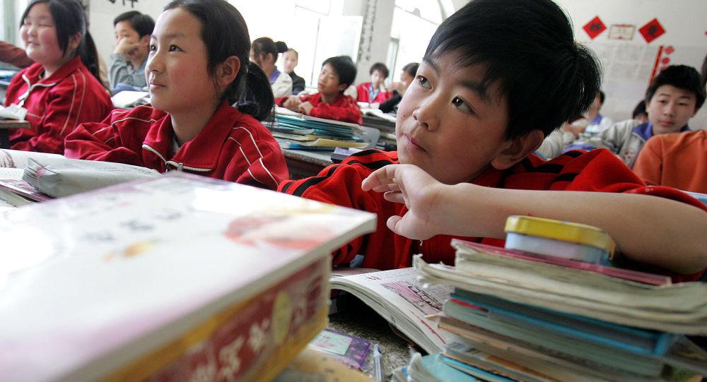 """日媒:中国为消除""""西方崇拜""""或从学生阅读清单中删除比尔·盖茨和乔布斯传记"""