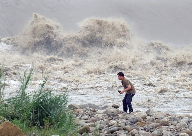 """台湾已动员3.55万名士兵准备对台风""""鲇鱼""""登陆后进行抢险救灾"""