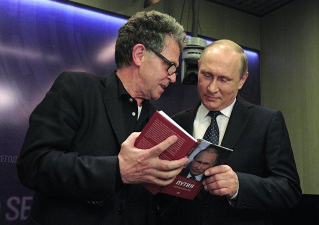 普京表示从未读过撰写自己的书并解释原因