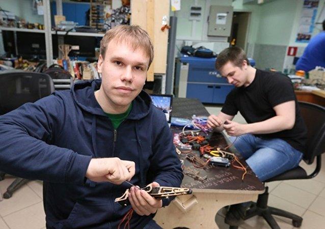 俄大学生研制智能搜救蜘蛛机器人