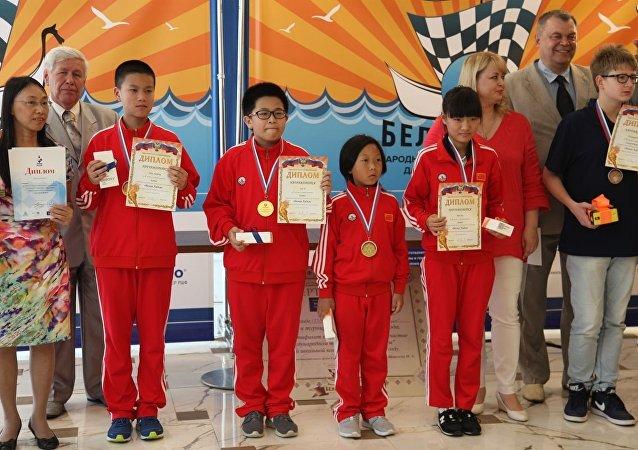 """中国队在""""白棋子""""儿童象棋比赛取胜"""