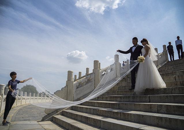新婚夫妇在天坛/资料图片/