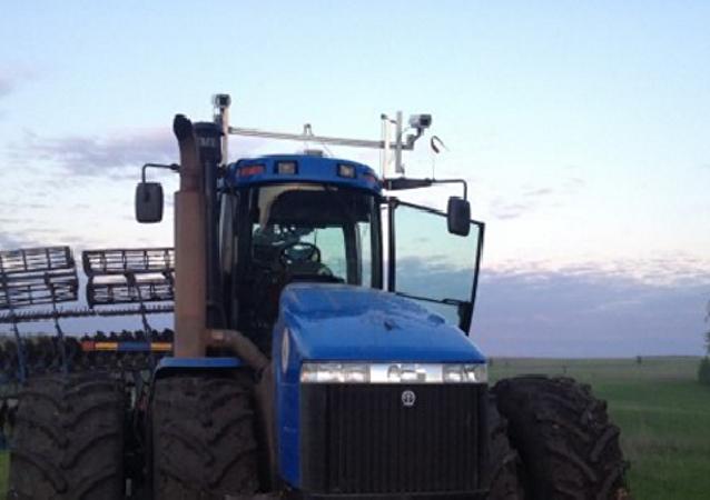 鞑靼斯坦共和国无人驾驶拖拉机首次下地干活