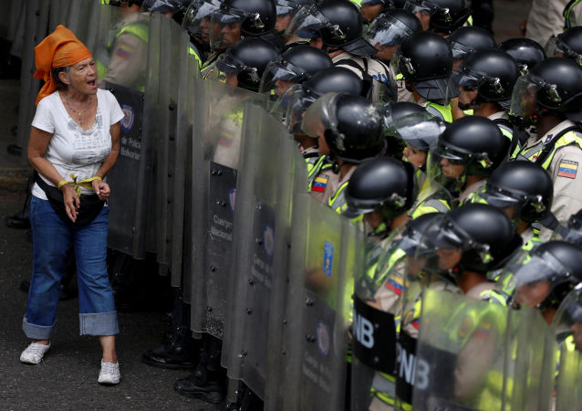 委内瑞拉总统支持与反对者持续发生冲突