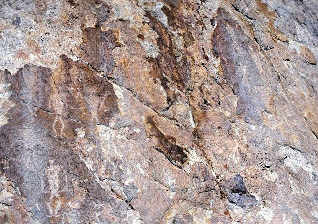 新西伯利亚考古学家在外贝加尔找到四千年前绘制的石洞壁画