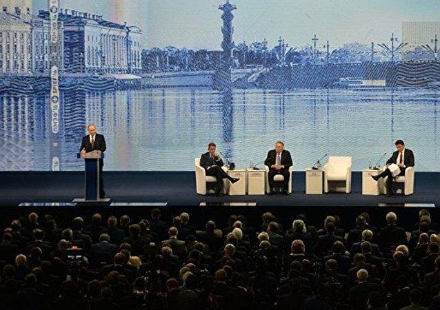 俄总统普京表示,同意美国有关将叙利亚反对派代表纳入叙利亚现政府的提议