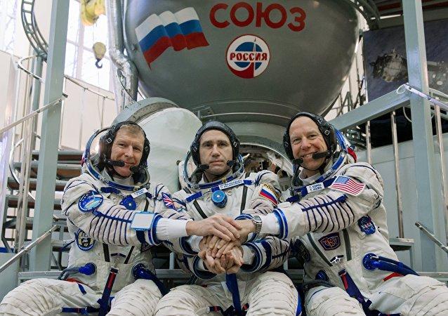 联盟号TMA-19M宇宙飞船舱搭载国际空间站工作人员降落在哈萨克斯坦