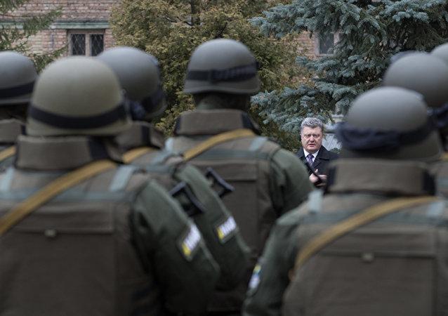 """波罗申科承诺将使乌克兰近卫军战士进行""""实战性演练"""""""