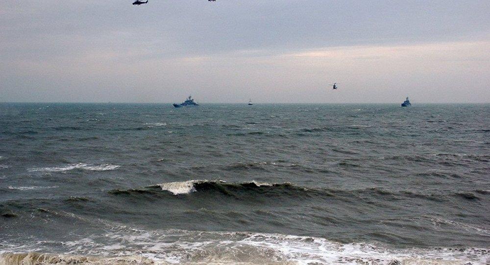 俄黑海舰队和航空队在黑海举行联合演习