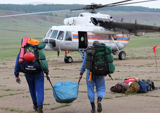 搜救人员在伊尔-76飞机坠毁现场找到3名机组人员遗体