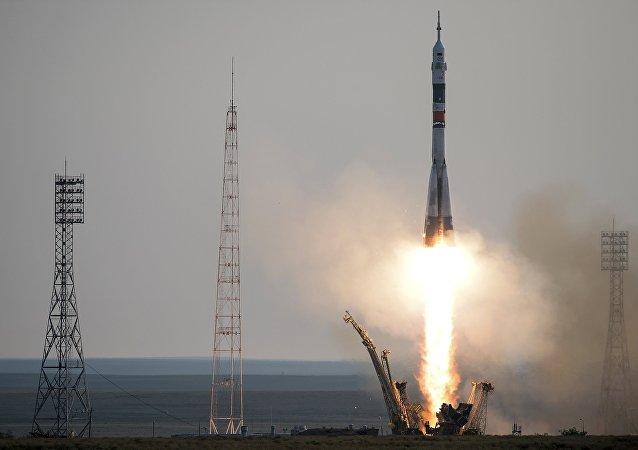 """搭载首艘新的""""联盟MS""""系列改进型载人飞船的""""联盟-FG""""运载火箭从""""加加林""""发射台发射升空"""