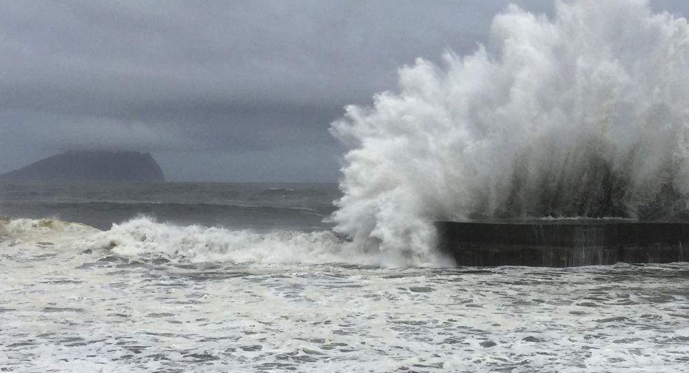 媒体:台湾发射水炮驱离在澎湖海域避风的20余艘大陆渔船