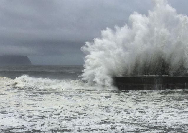 台风逼近菲律宾 上百航班被取消