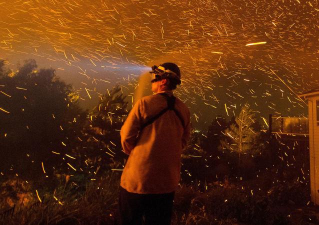 美国消防队员正在扑灭燃烧大火的房屋/资料图片/