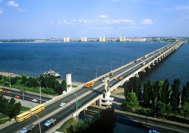 """第聂伯河上名为""""十月革命五十周年""""纪念的公路桥"""
