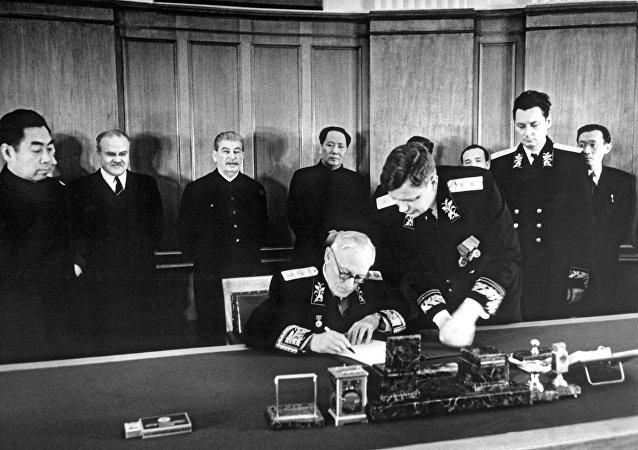 苏联和中国1950年签署《中苏友好同盟互助条约》。苏联外交部长安德烈·维辛斯基签署条约。周恩来、维亚切斯拉夫·莫洛托夫、约瑟夫·斯大林、毛泽东、鲍里斯·波采罗布、Н.Т.费奥多罗夫、中国驻苏联大使王稼祥出席。