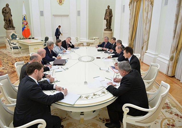 普京与克里在克宫开始会谈
