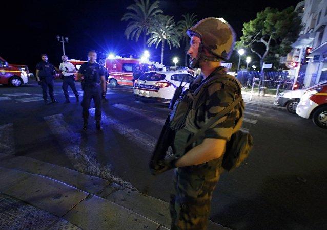 法国尼斯一辆货车冲入人群 车上有人开火造成人员死亡