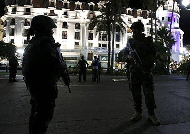 法国下院通过将紧急状态制度延长半年法案