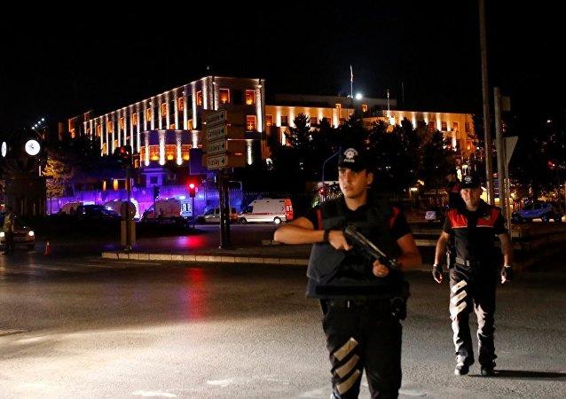媒体消息称,土耳其首都安卡拉传出枪声,城市上空出现歼击机和武装直升机