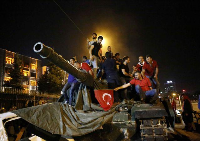 """葛兰:土耳其政变可能是政府""""自导自演"""""""