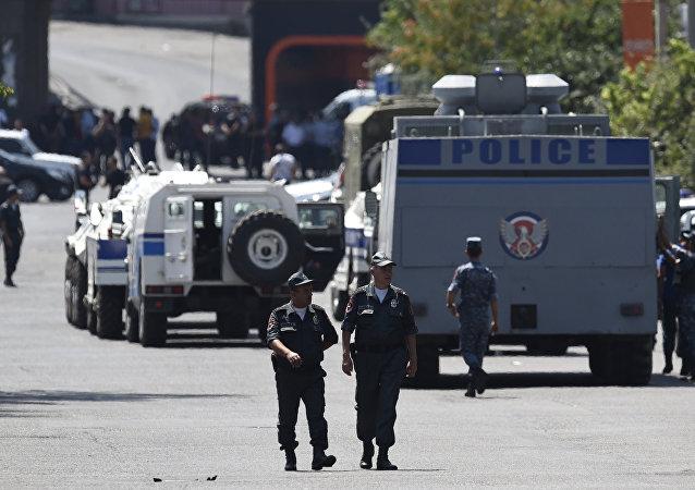 亚美尼亚警方称正与占领埃里温警局的武装团伙谈判