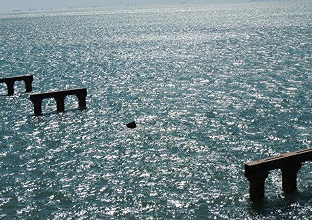 曾撞击刻赤海峡大桥临时桥柱的土耳其货轮驶离亚速海