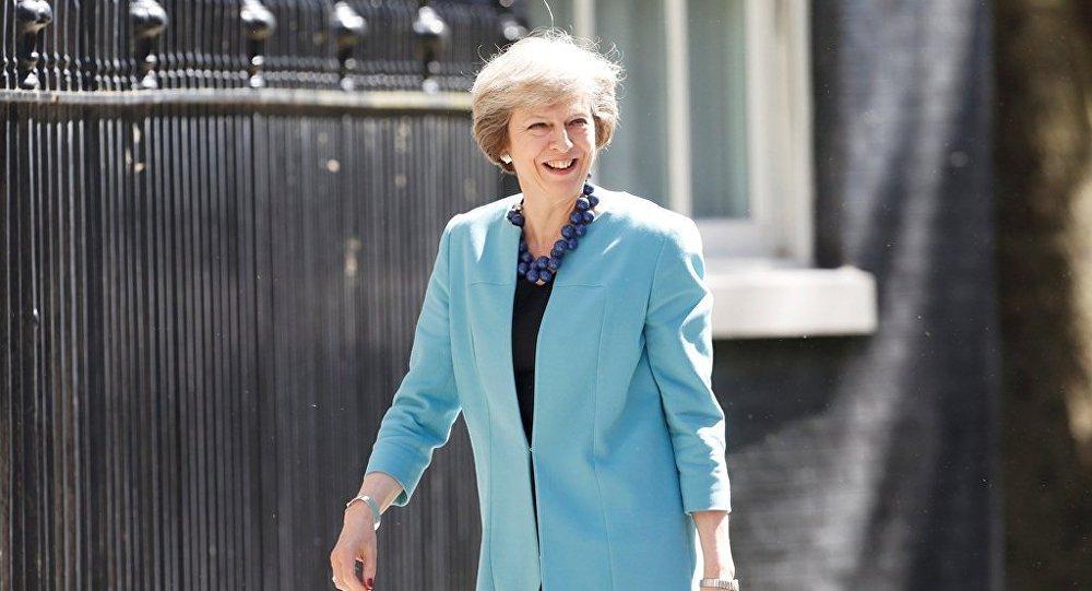 英国首相特蕾莎·梅在议会选举中投出选票