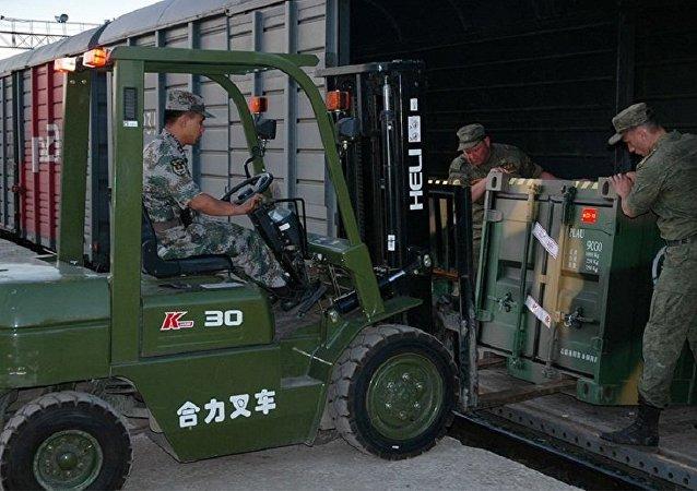 中国军事工程装备抵达伏