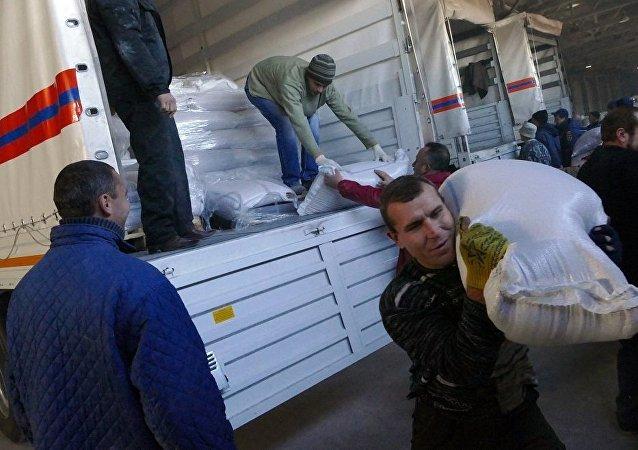 俄紧急情况部人道主义车队抵达顿涅茨克并开始卸货