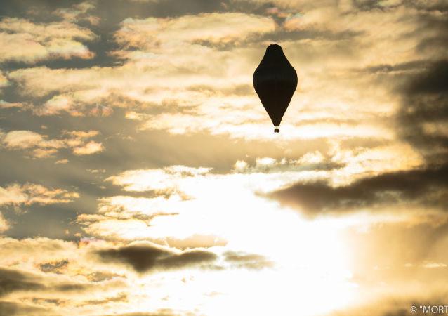 电视台:费德罗•科纽赫夫打破乘热气球环球旅行的世界记录,飞行11天